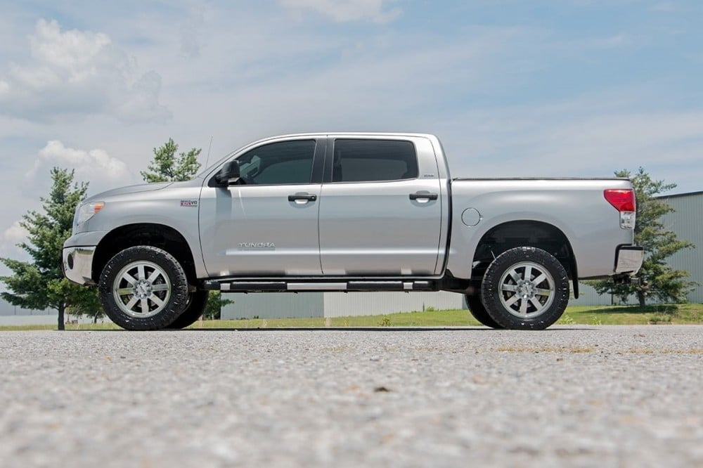 toyota tundra with rough country lift kit